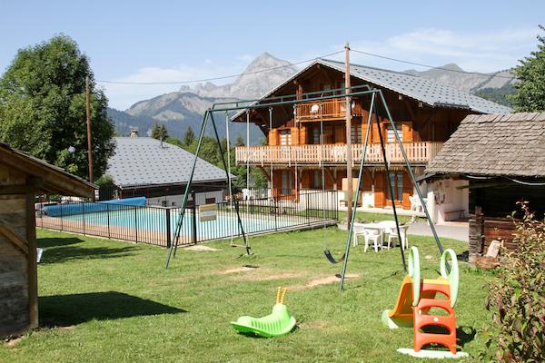 vacances avec bebe chalet piscine alpes été RED