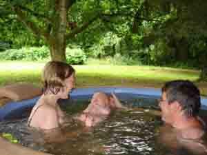 Bébé en vacances dans le spa à 37 degrés